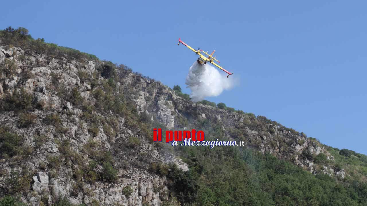 Vasto incendio a San Giovanni Incarico, canadair in azione – VIDEO