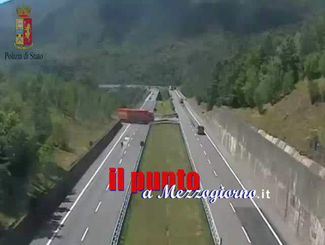 Incredibile inversione di marcia di un tir in autostrada, IL VIDEO