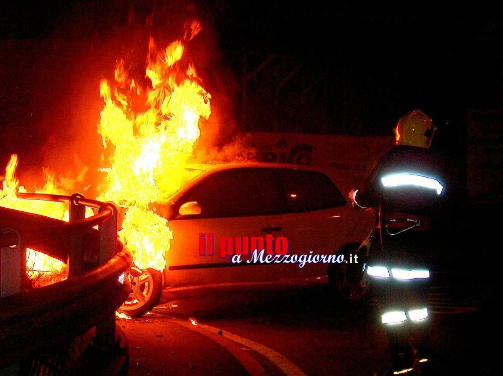Auto in fiamme nel deposito giudiziario