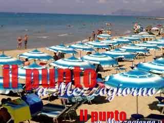Mare Sicuro, spiaggia libera occupata con lettini ed ombrelloni da affittare. Scatta la denuncia e il sequestro