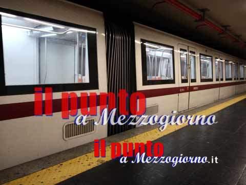 Cade sui binari al passaggio della Metro, donna estratta viva da sotto al convoglio
