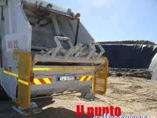 Si ribalta il camion delle immondizie a San Giovanni Incarico, conducente in gravi condizioni