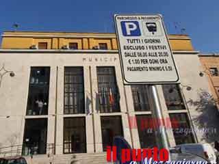 Strisce blu: i parcheggi a pagamento tornano ad agosto. Salera in Provincia sollecitare la gara