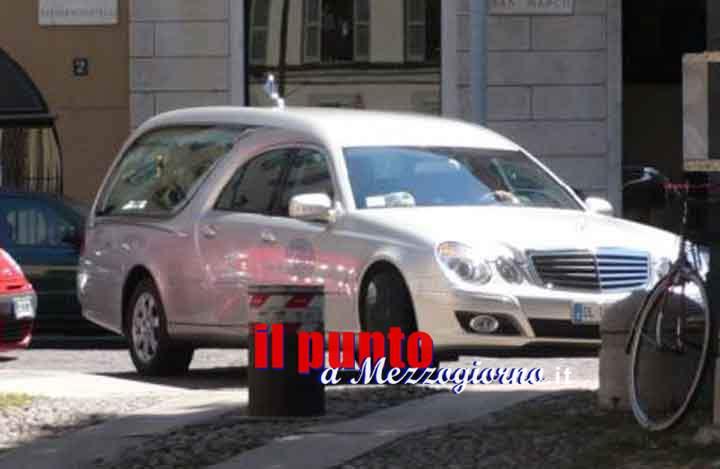 Niente assicurazione né revisione, agente stradale non superstizioso ferma e sanziona carro funebre