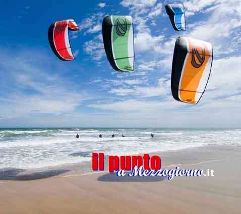 """Scheletro in muta sulla spiaggia a Sabaudia, trovati resti di """"kitesurfista"""""""