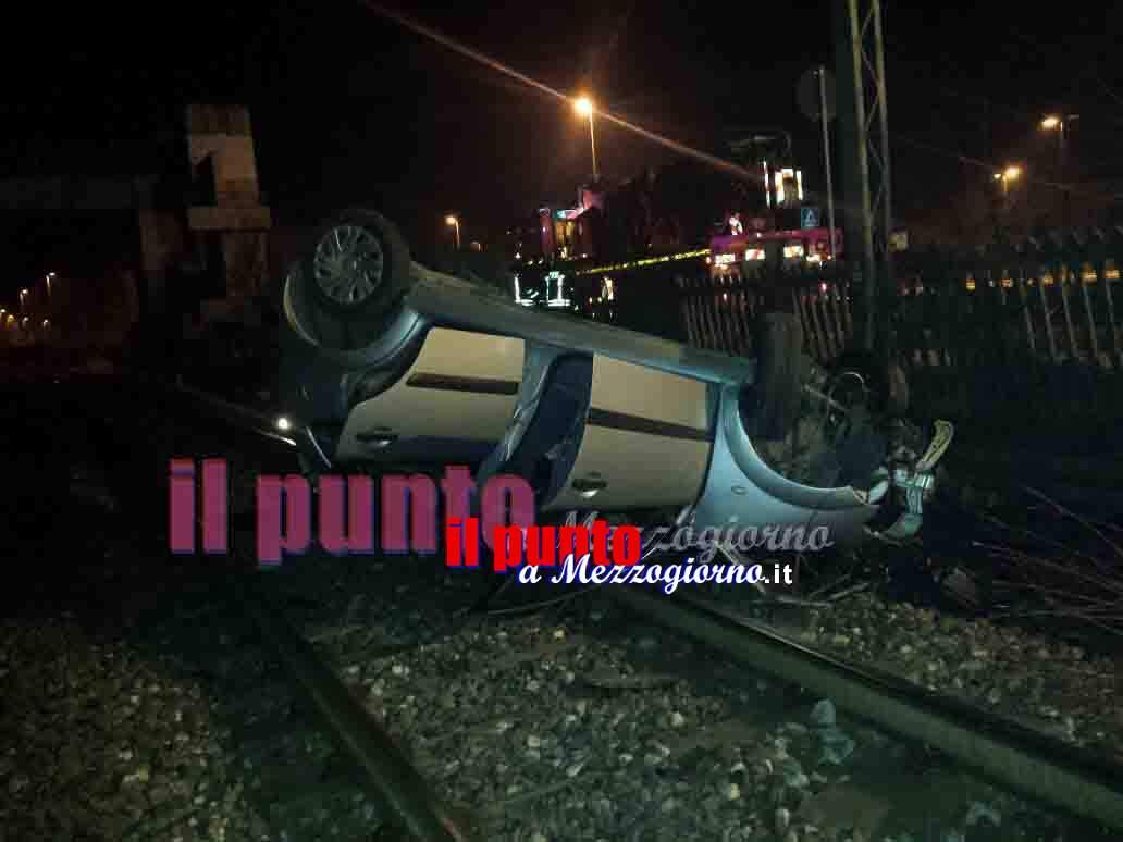 """Rischiano di """"prendere"""" un treno in corsa con l'auto a Frosinone. Finiscono sulle rotaie"""