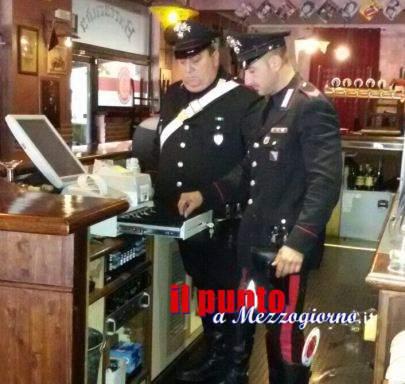 Assaltano il bar a Cassino all'ora di chiusura e rapinano i titolari