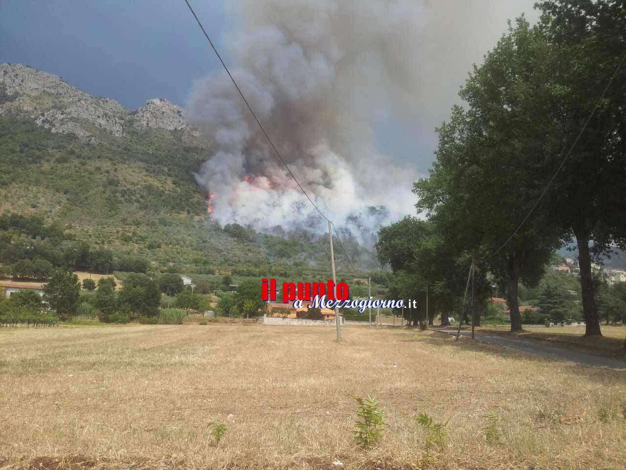 Ancora fiamme nel Cassinate, vasto incendio tra Castrocielo e Roccasecca