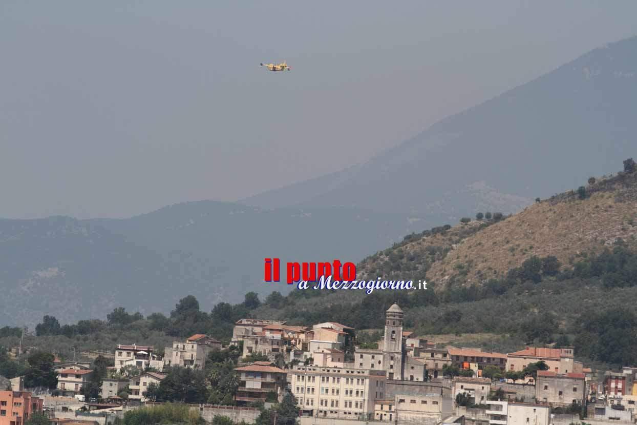 Canadair ed un elicottero per spegnere l'incendio su monte Chiaia a San Vittore