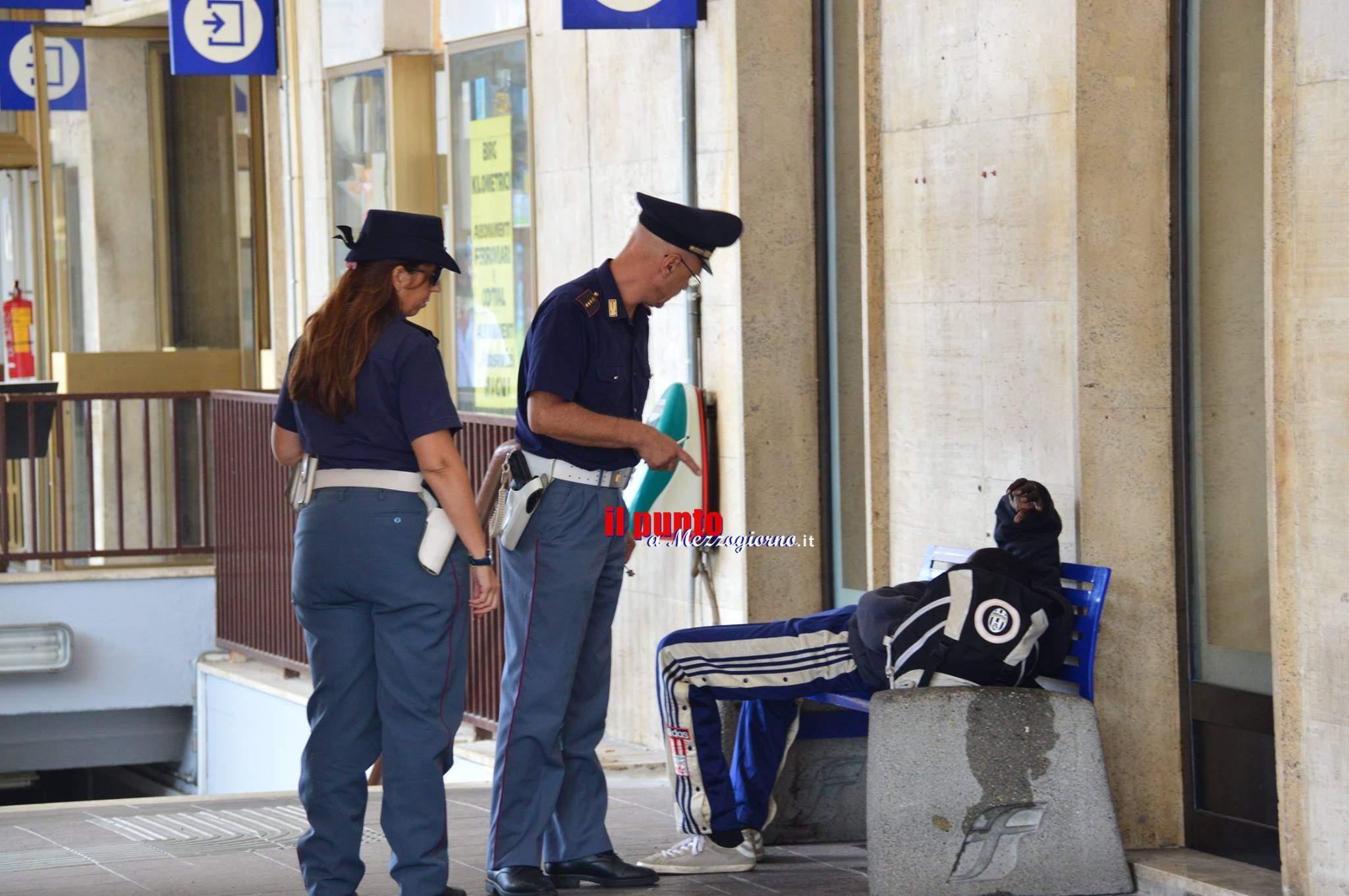 Straniero sul treno a Cassino senza biglietto, si scaglia contro agenti
