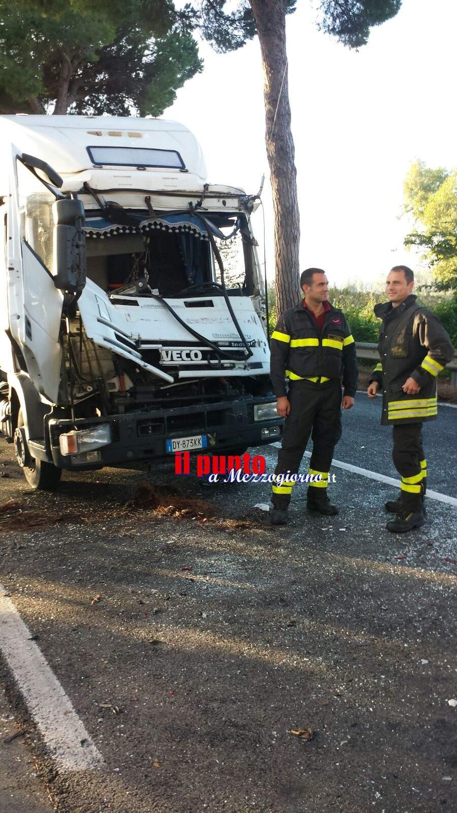 Tamponamento tra camion sull'Appia a Pontinia, in due incastrati tra le lamiere