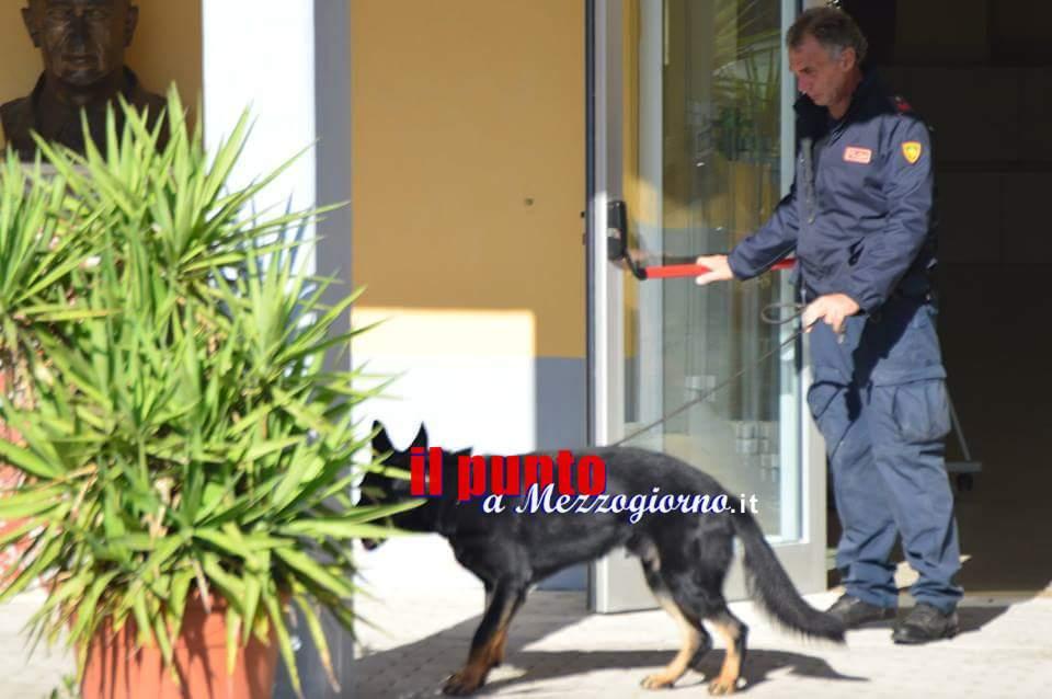 Barricato in casa a Cassino per gettare la droga nel water. Arrestato 50enne