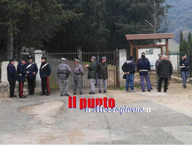 Albaneta blindata, forze dell'ordine davanti al cancello. Niente fiori ai monumenti dei polacchi