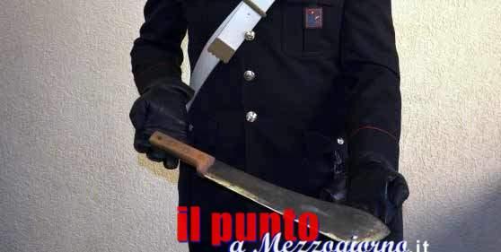 Minaccia di incendiare il negozio della ex suocera e con un machete la ex moglie e i figli, arrestato 30enne a Sesto Campano