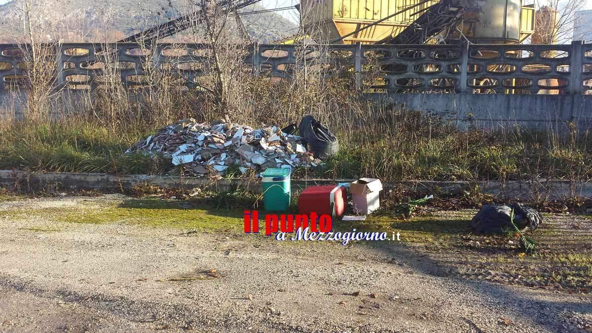 """Le telecamere inchiodano gli """"zozzoni di turno"""", sanzionati cittadini che abbandonavano rifiuti"""