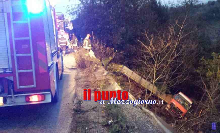 Camion nella scarpata ad Ausonia, un morto ed un ferito grave. La vittima è di Formia – VIDEO