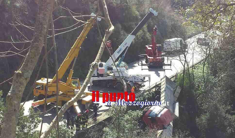 Spettacolare recupero del camion caduto nella scarpata, tre gru al lavoro – VIDEO