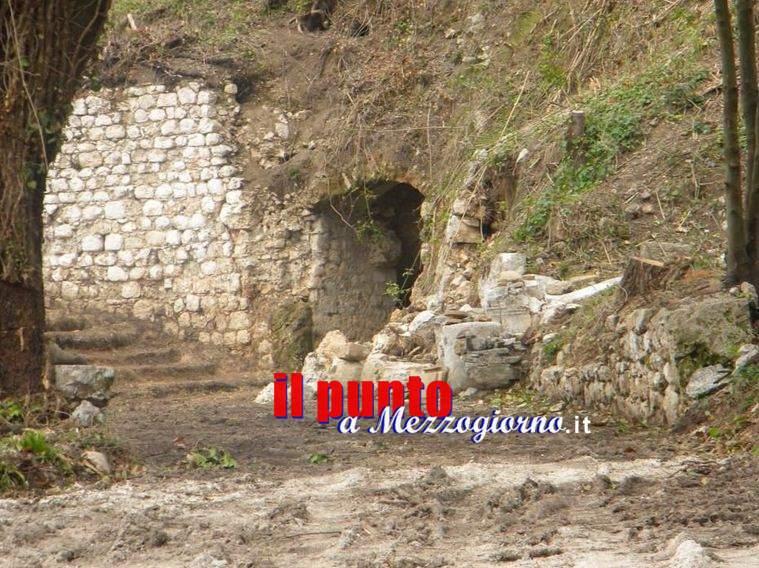 Un escavatore per sbancamento, nella zona archeologica di Cassino