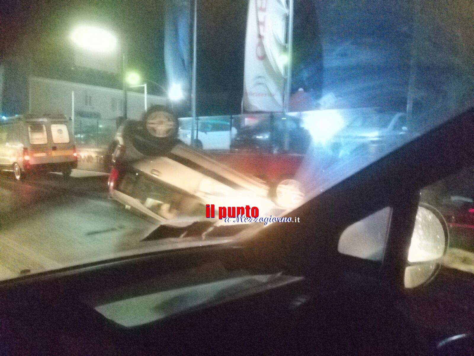 incidente stradale a Cassino, auto ribaltata sulla Casilina. Tre feriti