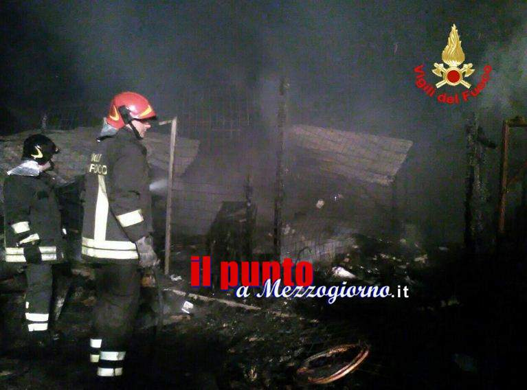 Incendio misterioso in piena notte ad Aprilia
