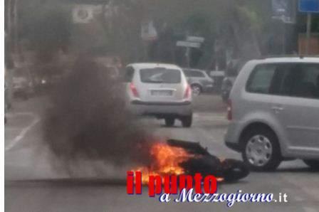 Moto in fiamme dopo l'incidente a Velletri, Ducati distrutta