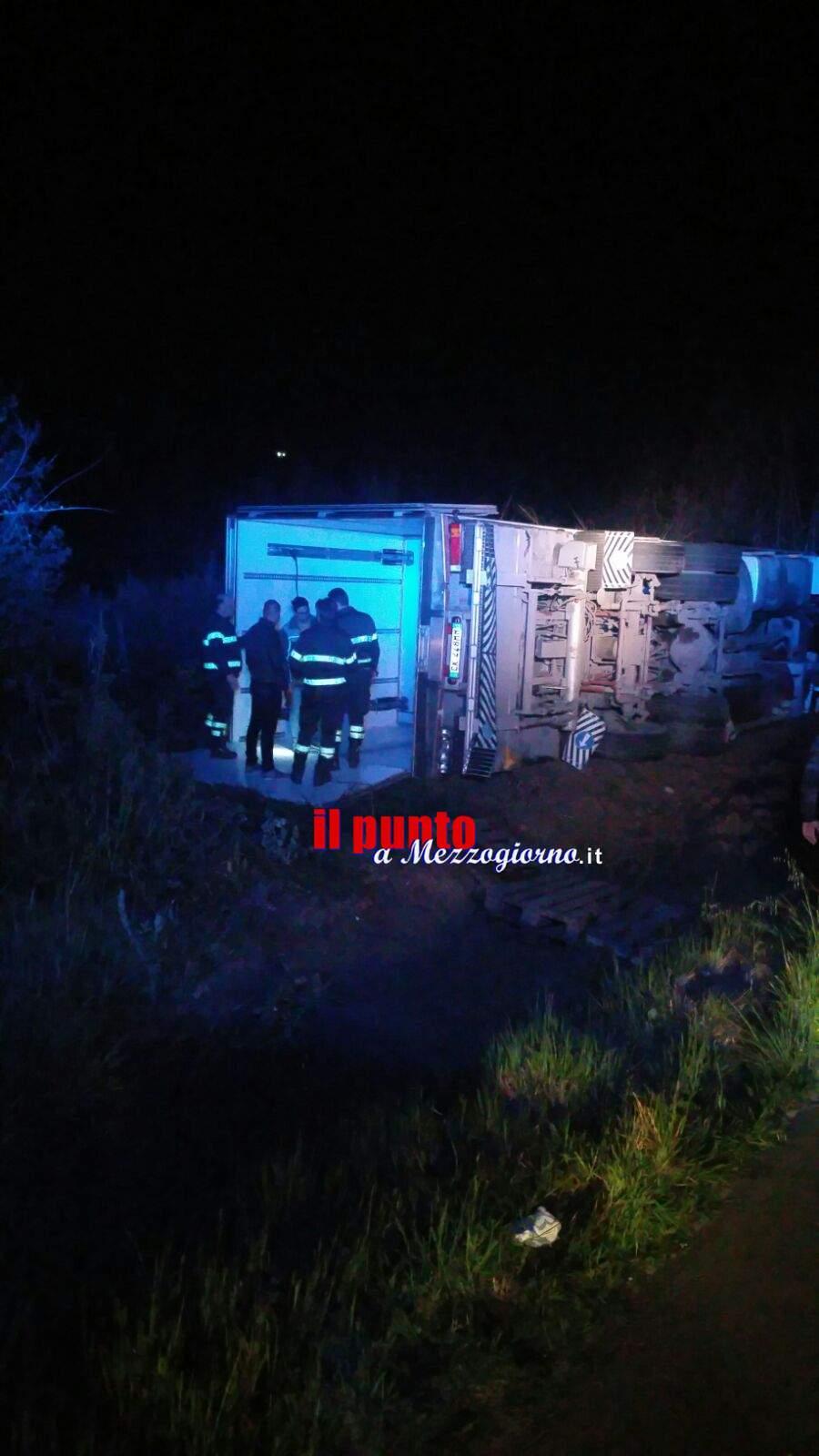 Incidente stradale a Coreno Ausonio, tir esce di strada e si ribalta