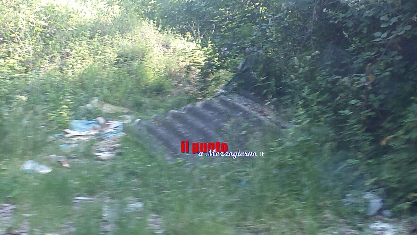 Lastre di amianto abbandonate lungo lo stradone Fiat nei pressi della Cassino Formia.