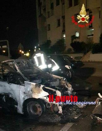 """Incendio auto, Tre auto distrutte nel parcheggio del centro commerciale  """"Latina Fiori"""""""