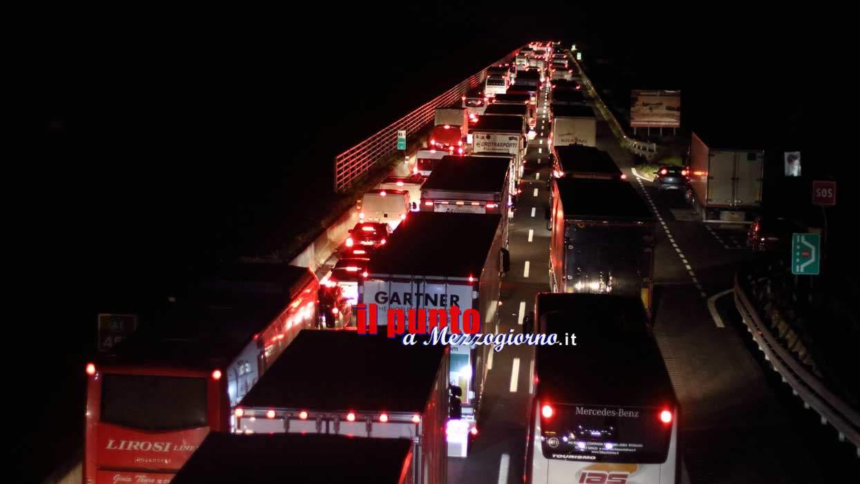 Camion si ribalta e si incendia sull'A1 a Frosinone. Autostrada chiusa per due ore