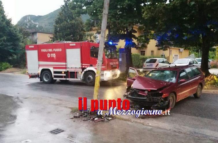 Incidente stradale, auto si schianta contro palo a Cassino. Cinque feriti