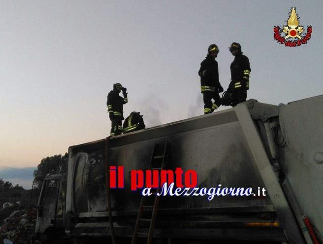 Camion immondizie incendiato a Minturno, indagini in corso