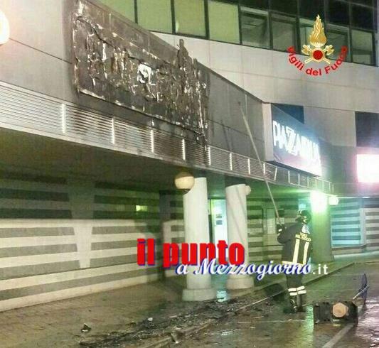 Insegna in fiamme al centro commerciale Latina Fiori