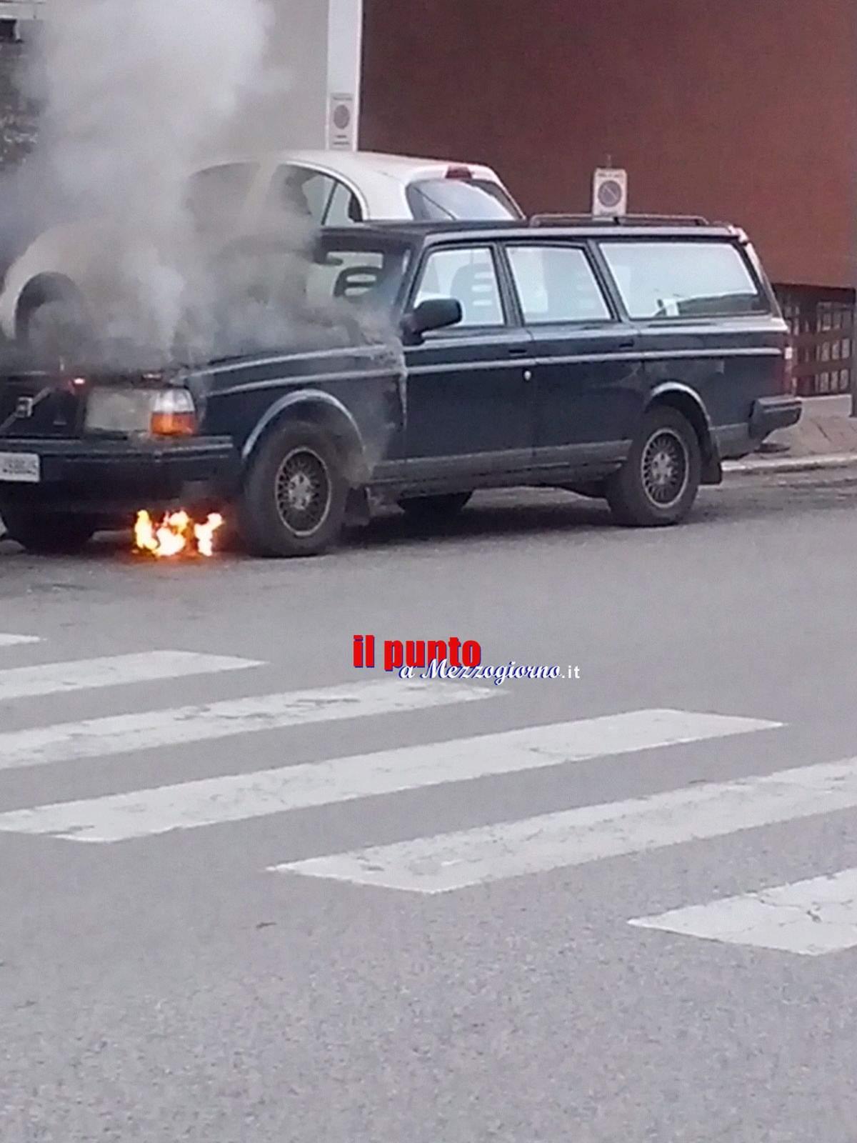 Auto in fiamme a Cassino, paura in viale Bonomi – IL VIDEO –