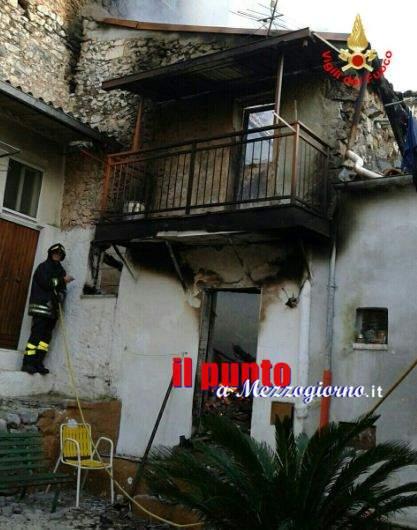 Casa in fiamme a Sonnino, il centro storico blocca i vigili del fuoco