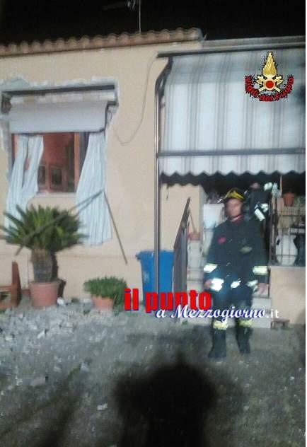 Esplosione in un appartamento, probabile causa una fuga di gas