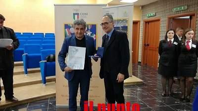 Il Presidente del Coni Lazio, Riccardo Viola, premia il prof. Calce per l'impegno ultraventennale nello sport
