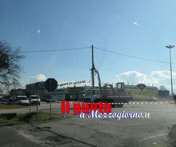 Palo Enel abbattuto a Villa Santa Lucia, traffico bloccato sulla Casilina