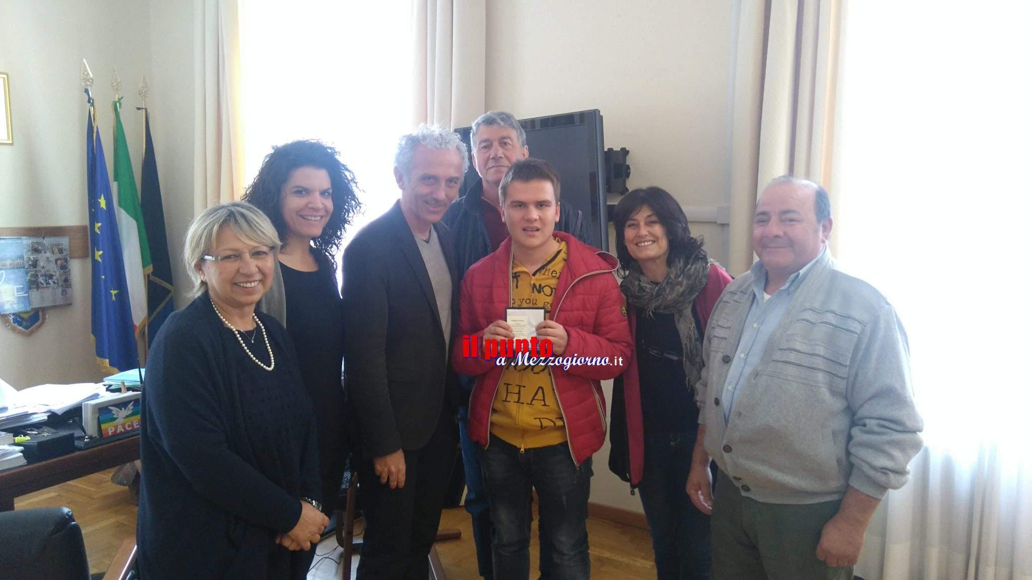 Latina- Il campione di nuoto Alessandro Marchiella ricevuto in comune dal primo cittadino