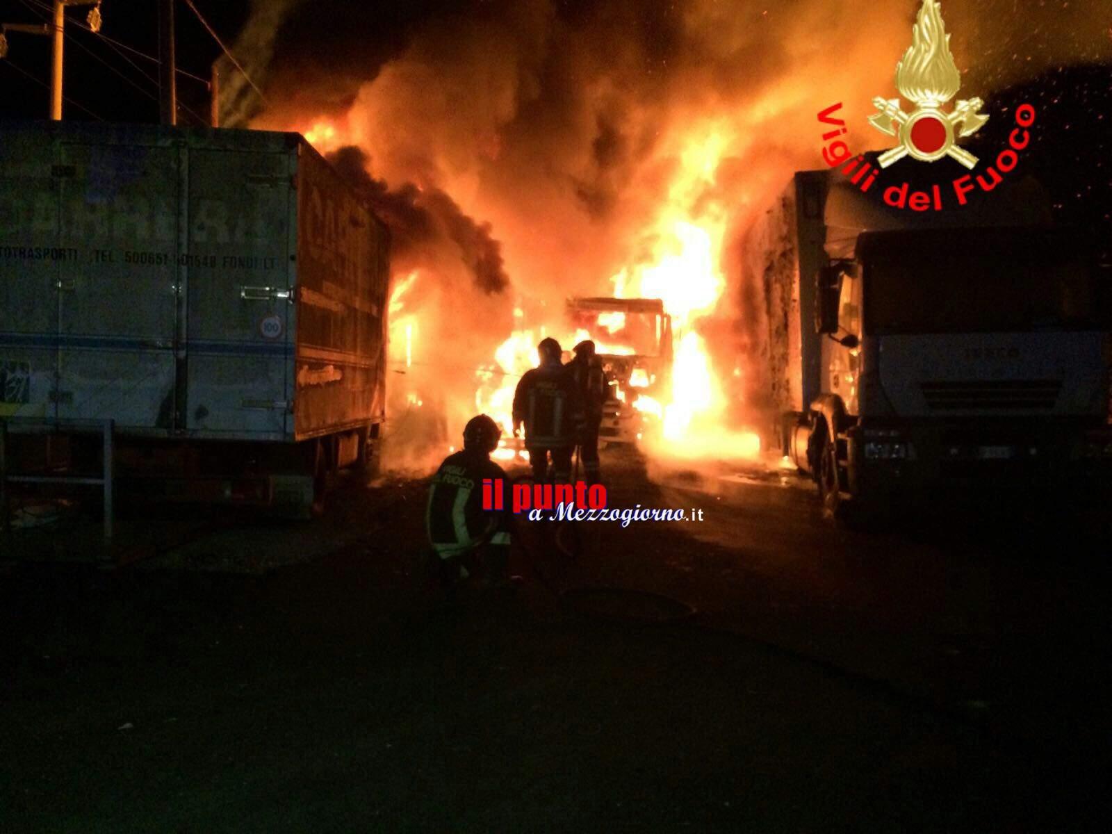Disastro di fuoco a Fondi, incendiati tre camion e due rimorchi – IL VIDEO
