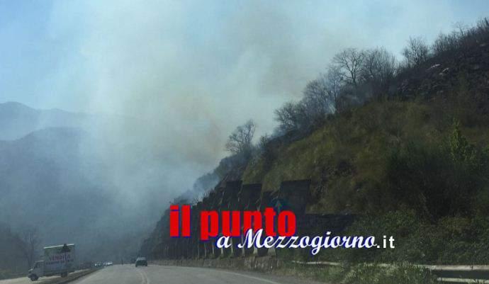 Incendio boschivo, superstrada Cassino Formia invasa dal fumo