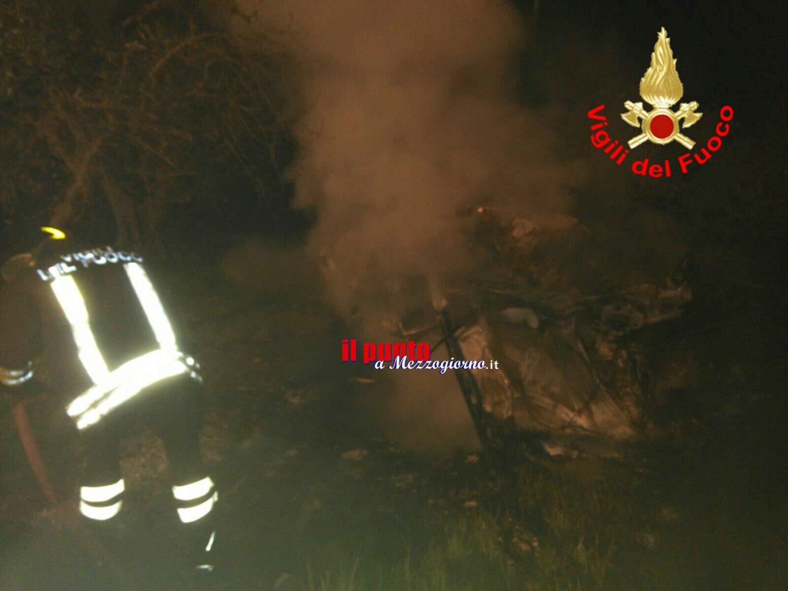 Salvato dalle fiamme, passanti lo tirano via dall'auto che prende fuoco