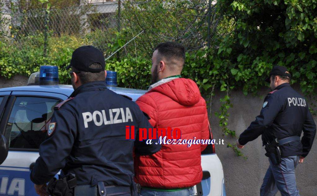 Si scaglia contro i poliziotti colpendoli con calci e testate, rumeno pregiudicato finisce in manette