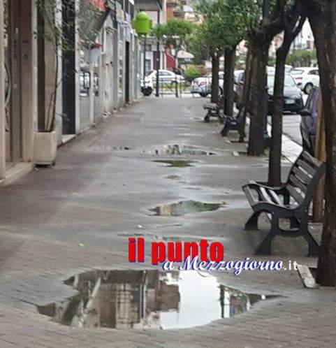 Cassino e i suoi marciapiedi, basta la pioggia primaverile per allagarli