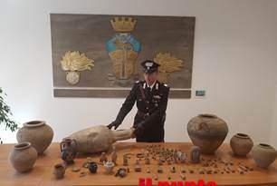 Droga, armi e reperti archeologici, nei guai mamma e figlio a Marcianise