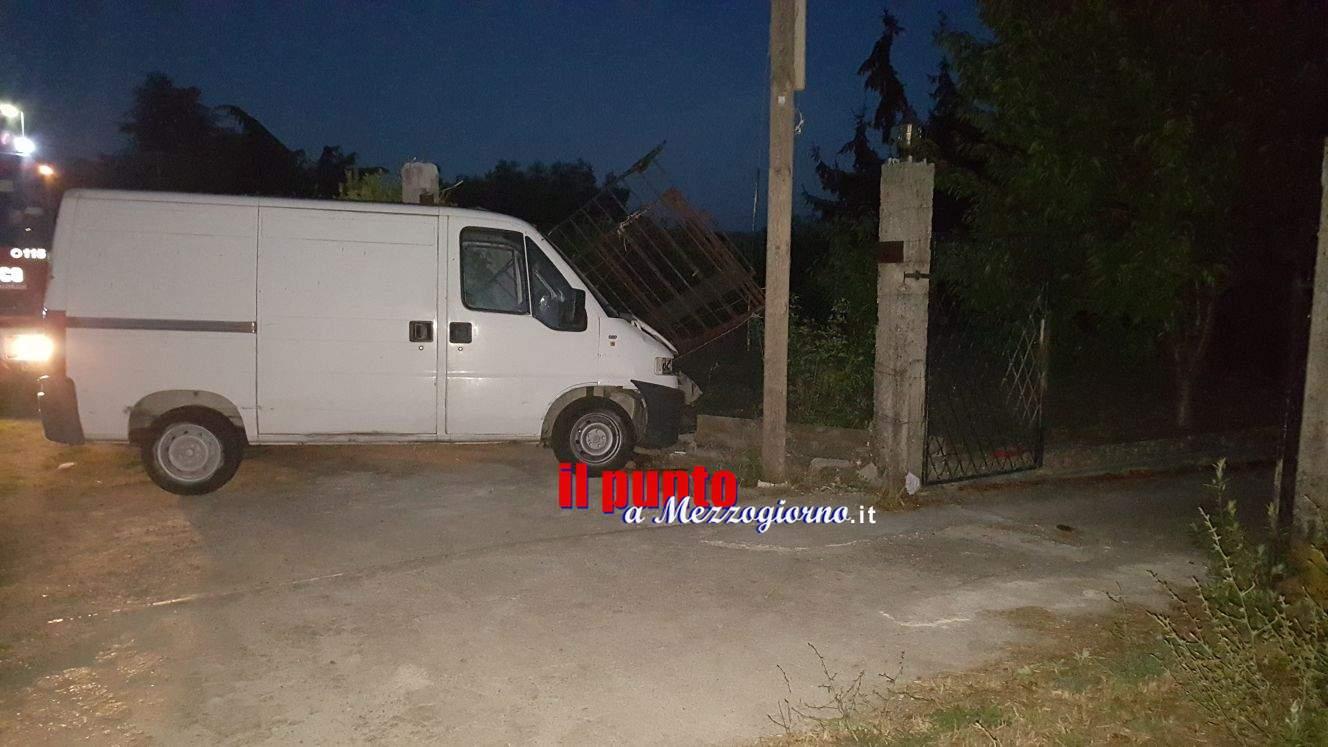 Aquino: Incidente in via Selvotta, Fiat Ducato sfonda un cancello. Un ferito