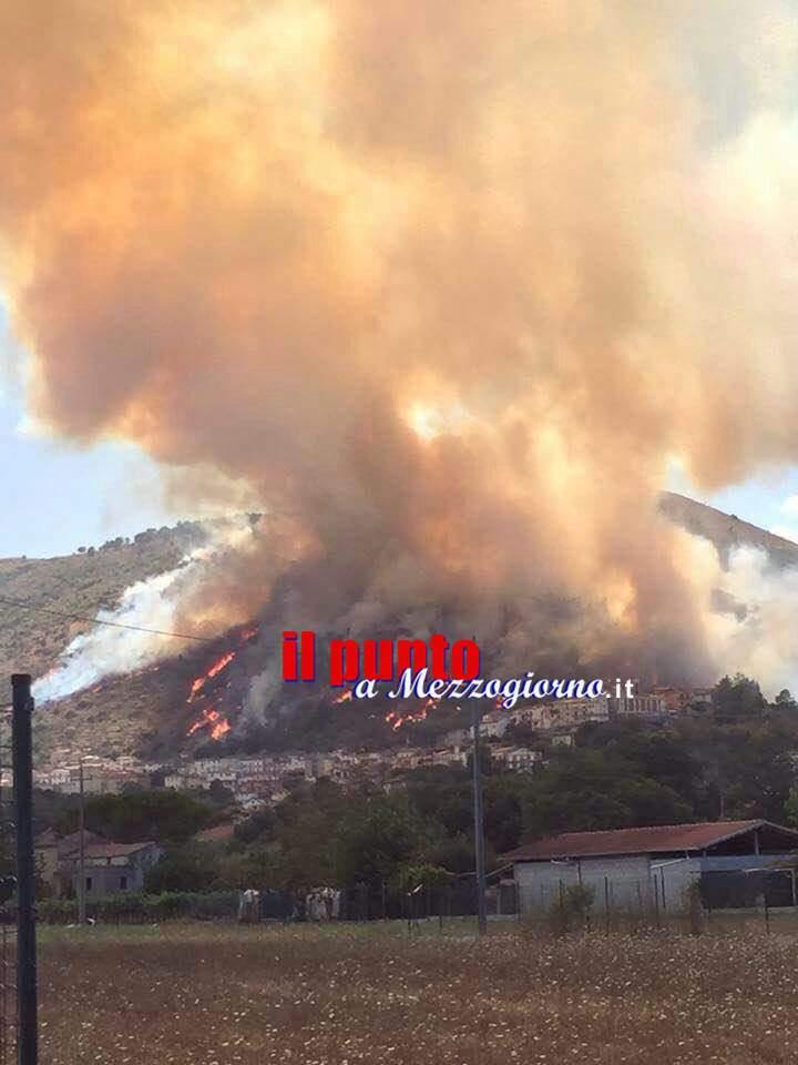 Incendi, San Giovanni Incarico assediato dalle fiamme: evacuate 40 famiglie