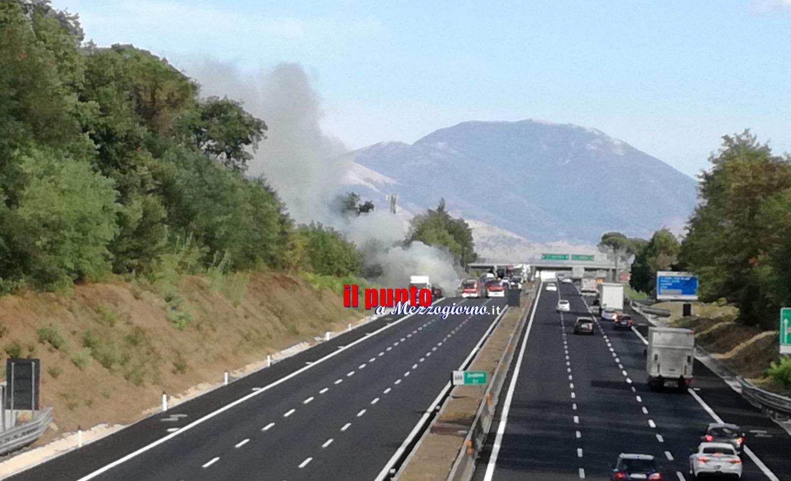 Cassino: Tir prende fuoco sull'A1. Le fiamme lambiscono l'area della Ex Marini