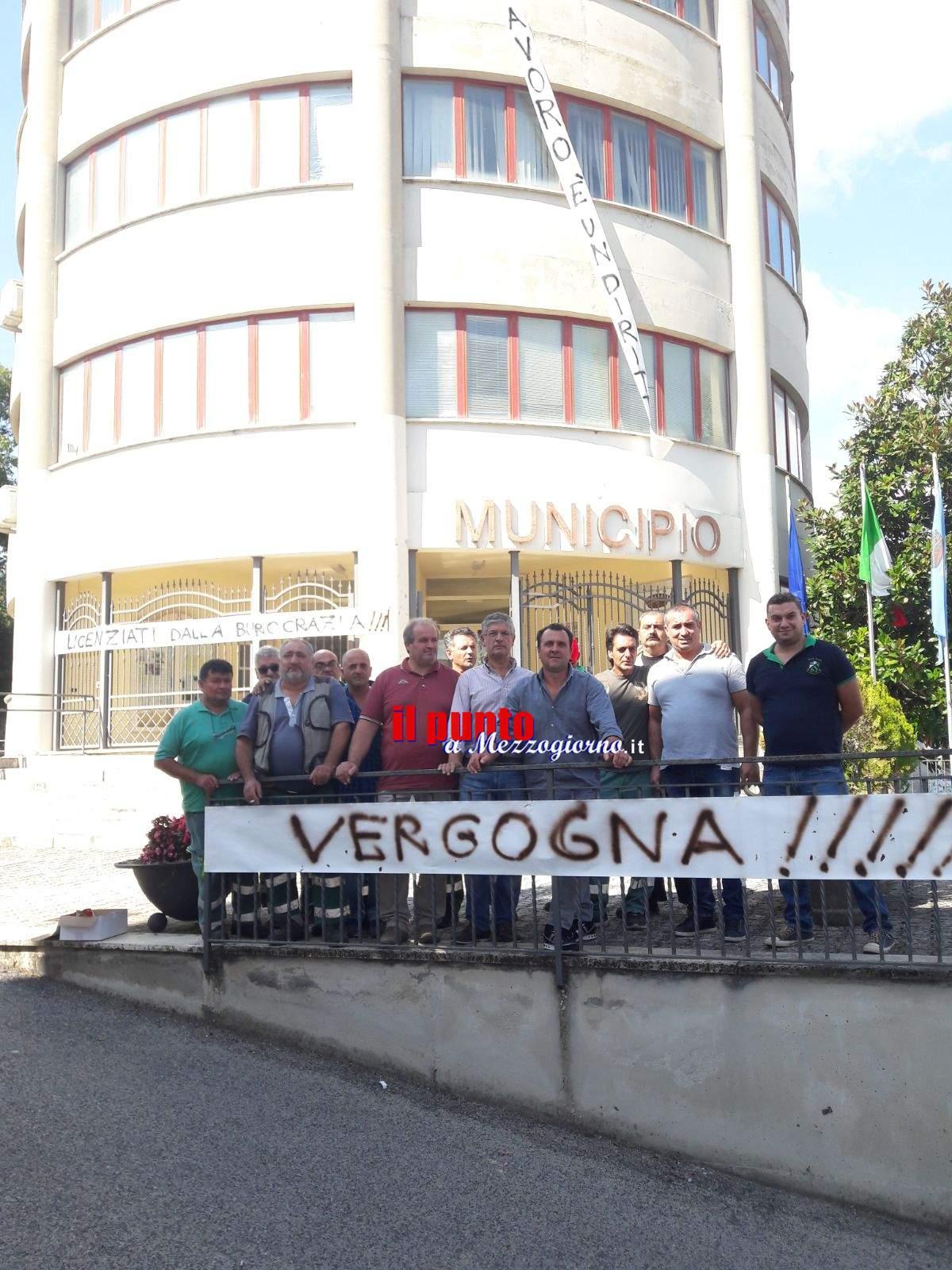Pignataro Interamna: Protesta davanti il municipio. Sei operai del servizio di raccolta rifiuti stanno perdendo il lavoro
