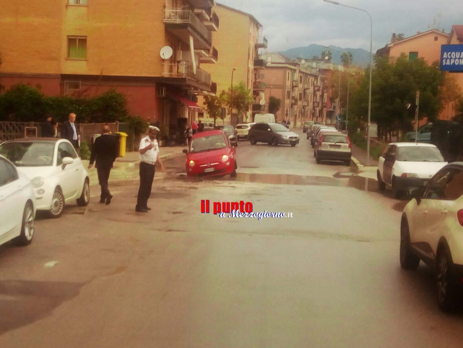 """Voragine nell'asfalto """"intrappolano"""" auto in via Bellini a Cassino"""