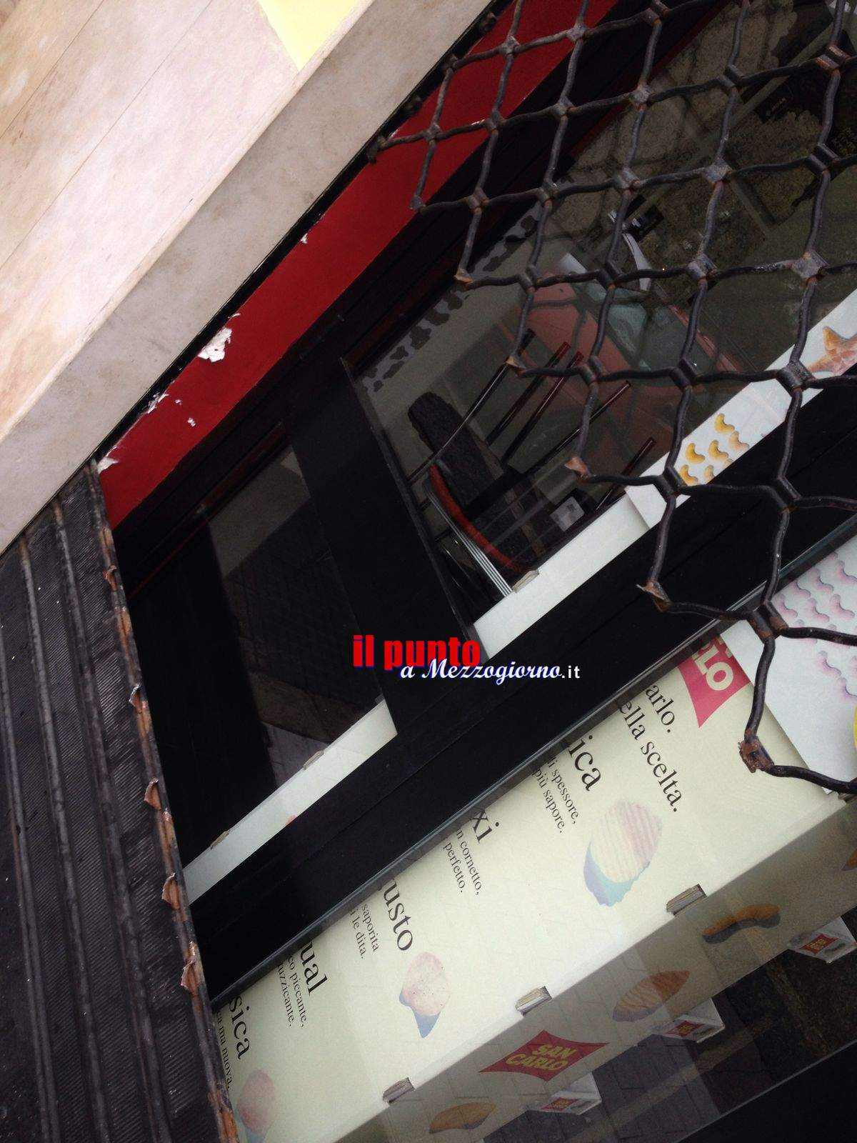 Furto al Bar Momo di Cassino, ladri carpentieri tagliano la serranda